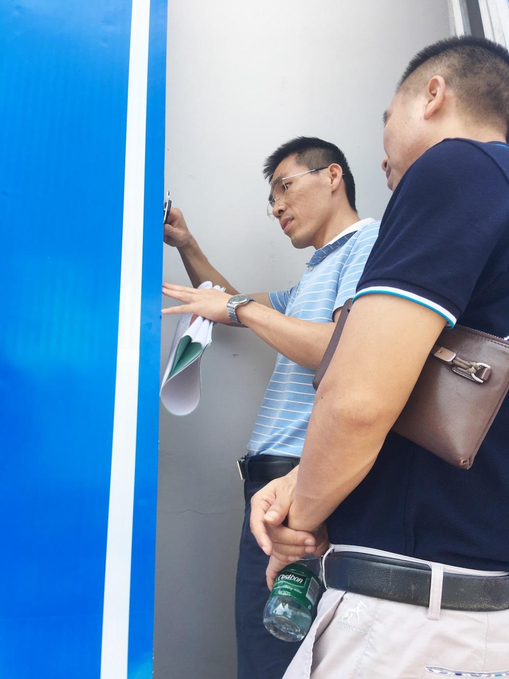 2肖輝雄調研員、王國鵬主任對成品尺寸測量核對.JPG
