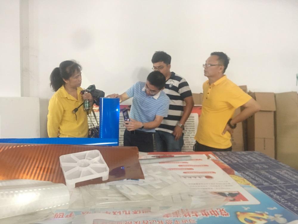 6王國鵬主任、標準化科負責人楊曼花對材料質檢查.JPG